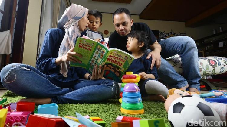 Karena dari dongeng atau cerita, anak juga bisa belajar nilai moral.