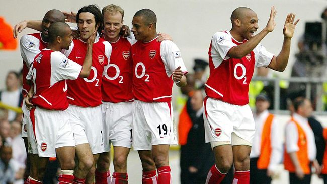 Arsenal's French forward Thierry Henry (R) celebrates as teammate Robert Pires (3rdL) is mobbed by Patrick Vieira (L), Ashley Cole (2ndL) Gilberto Silva (2ndR) and Dennis Bergkamp (3rdR) after scoring against Tottenham during their Premier League clash at White Hart Lane in north London, 25 April 2004. Arsenal leads 2-0 at half time. AFP PHOTO / ODD ANDERSEN     - - No telcos,website use to description of license with FAPL on, www.faplweb.com - - / AFP PHOTO / ODD ANDERSEN