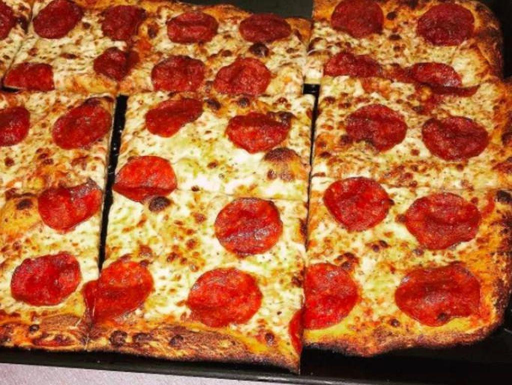 Heran melihat bentuk pizza yang kotak, si kecil tak tega memakannya. Aku tak bisa memakan pizza ini karena bentuknya kotak dan kotak terlalu fancy, jelasnya. (Foto: Istimewa)