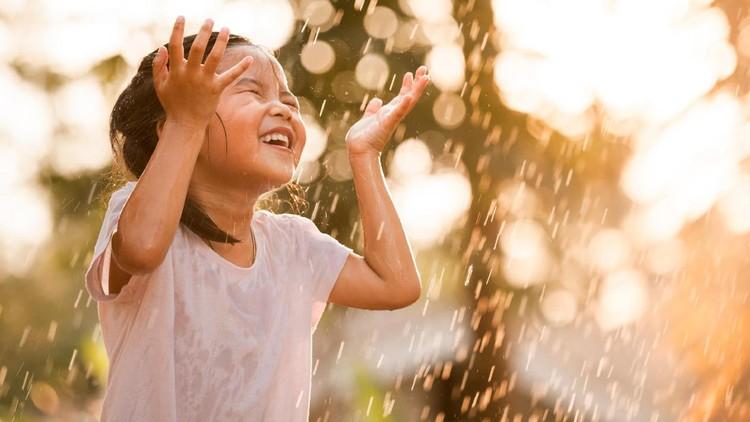 'Jangan hujan-hujanan, nanti pilek.' Suka ngomong gitu ke si kecil, Bun?