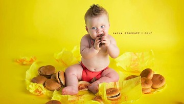 Foto: Lucunya Saat Bayi Coba Cheeseburger Pertama Kali