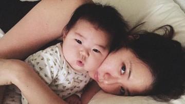 Ibu Ini Menciptakan Kenangan Saat Anaknya Tertidur Pulas
