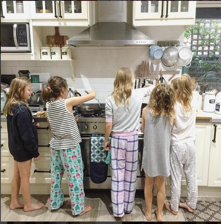 Gimana kalau anak-anak masak, sementara bundanya santai-santai? Hi hi seru pastinya ya.