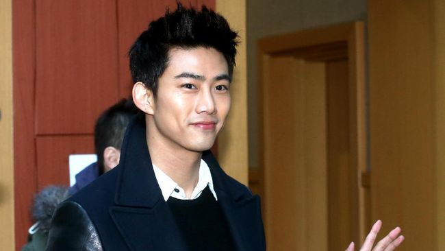 This picture taken on February 27, 2013 shows South Korea boy band 2PM member Taecyeon attending his orientation for graduate school where he will be studying from March, in Seoul. JYP Entertainment announced on February 26 that Taecyeon has been accepted to the Department of International Studies at Korea University's Graduate School of International Studies, according to local media.   REPUBLIC OF KOREA OUT - JAPAN OUT  AFP PHOTO/STARNEWS / AFP PHOTO / Starnews / Starnews
