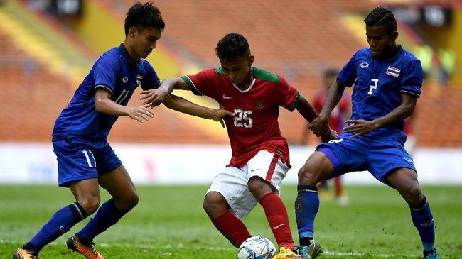 Direktur Persija Jakarta Gede Widiade enggan mengomentari rumor kepindahan gelandang Persebaya Surabaya Osvaldo Haay ke klub juara Liga 1 tersebut.