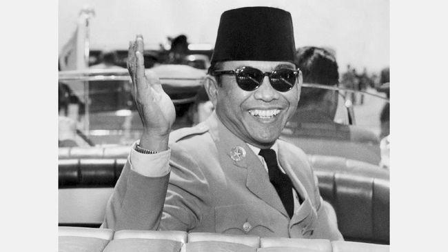 Presiden Sukarno pernah menutup telinga saat mendengarkan musik yang dimainkan beberapa orang bule di Athena, Yunani pada 1965.
