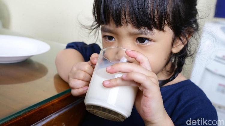 Susu pasteurisasi berbeda dengan susu UHT. Ini lho, empat perbedaan susu pasteurisasi dan susu UHT.