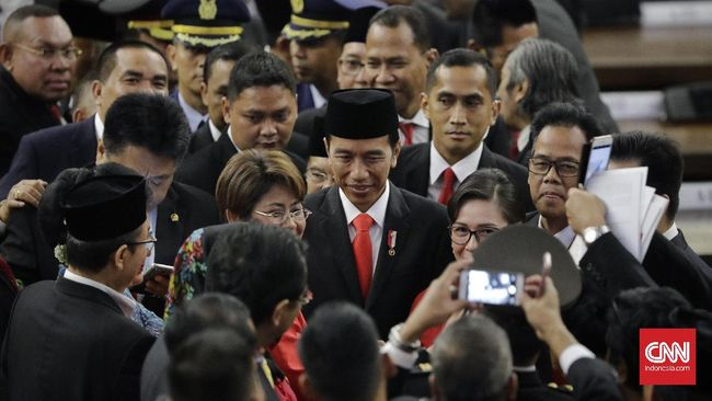 Komitmen Jokowi untuk menuntaskan pelanggaran HAM, termasuk Tragedi 1965 dipertanyakan terkait dengan pembatalan seminar soal peristiwa tersebut hari ini.