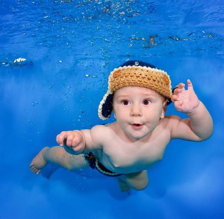 Begini jadinya saat si kecil beraksi di dalam air. Mungkin nanti bakal jago nyelam ya, hi hi hi.
