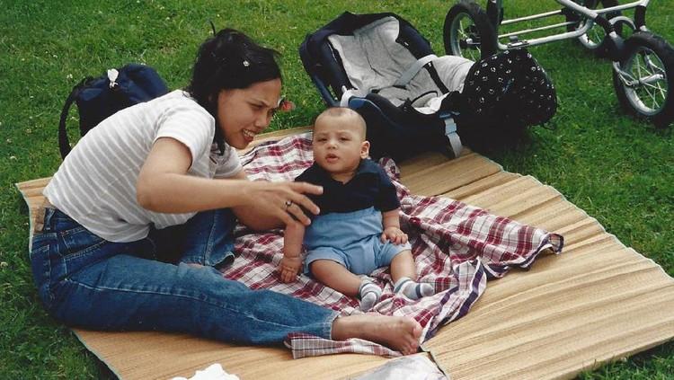 Ini cerita dari Bunda Neng Rosmida tentang bagaimana mengajarkan cinta Indonesia pada anaknya.