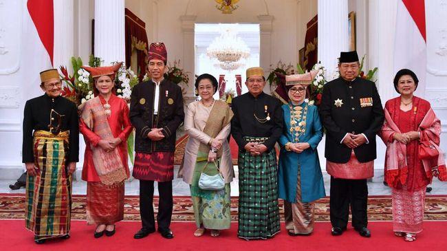Jabat tangan dua rival politik itu mencairkan suasana meriah perhelatan akbar peringatan kemerdekaan RI di Istana.