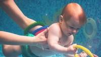 """<span style=""""color: #222222; font-family: arial, sans-serif; font-size: 12.8px;"""">Keasyikan main, eh anak ini jadi lupa kalau lagi di dalam air. (Instagram: @marinabogumil)</span>"""
