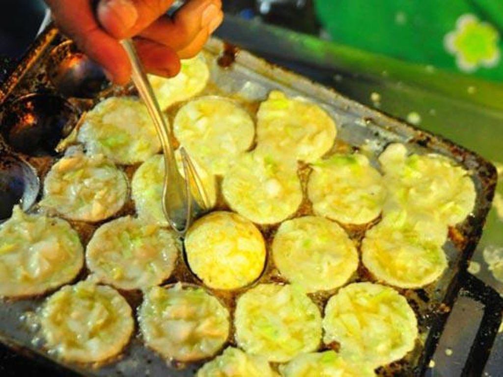 Nah, yang ini juga bikin kangen. Telur yang dikocok dengan campuran irisan daun bawang dan garam bisa jadi sajian enak. Telurnya digoreng dalam loyang bulat kemudian diberi saus dan disajikan dengan kertas dengan tusukan lidi. Biasanya dibandrol dengan harga Rp 5.000 per loyangnya. (Foto: Istimewa)
