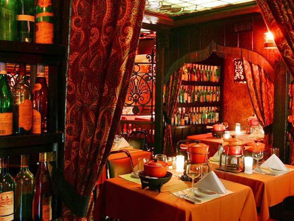 Geja Cafe dinobatkan sebagai restoran paling romantis di Chicago. Pencahayaan yang elegan dan tirai tebal, memberikan suasana yang nyaman. Tentunya sambil menikmati manisnya fondue diiringi suara merdu gitar. (Foto: Istimewa)