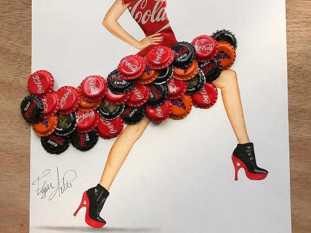 Wah, tutup botol minuman soda saja bisa dijadikan karya seni oleh Edgar. Karyanya amat detail karena menyertakan tutup botol yang dilipat sebagai topi! Foto: Edgar Artis