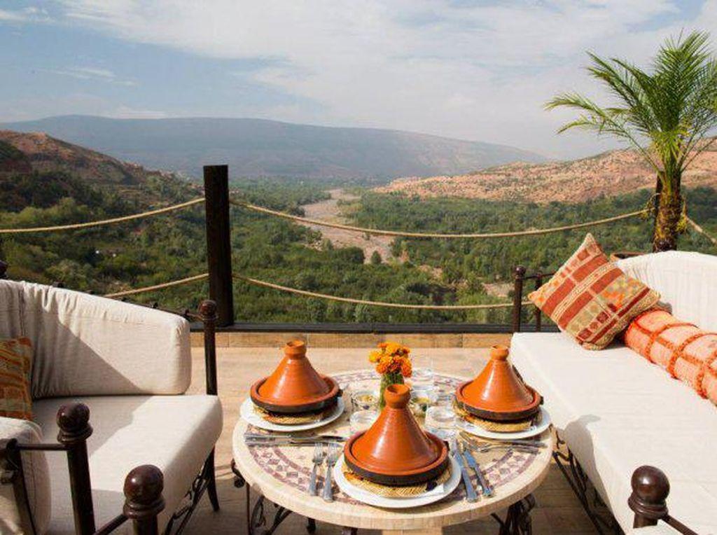 Kanoun restaurant terletak di Kasbah Tamadot, hotel paling indah di atas bukit Morocco, restoran Kanoun menawarkan makanan enak dengan keindahan panorama di atas rooftopyang romantis. (Foto: Istimewa)