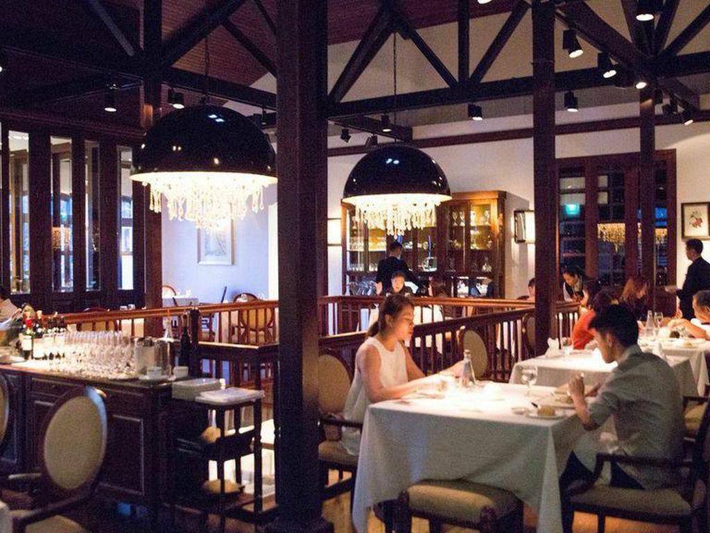 Alkaff mansion ristorante adalah bekas tempat tinggal pebisnis kelas atas asal Singapura, kini telah berubah fungsi menjadi restoran Italia mewah. Bergaya kolonial mansion khas Eropa, termasuk tangga megah dan air mancur yang indah. (Foto: Istimewa)