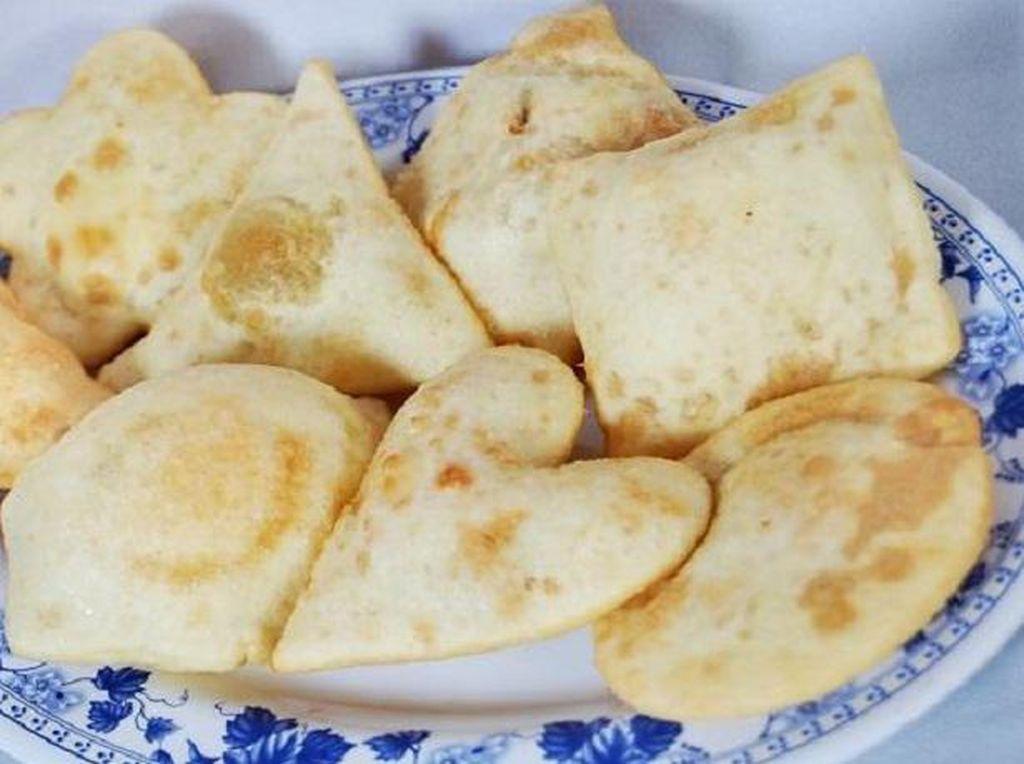 Namanya sih cireng isi, tapi cireng yang dijual dengan harga Rp 2.000 ini isinya dikit sekali. Pilihan isiannya ada bakso, sosis hingga ayam. (Foto: Istimewa)