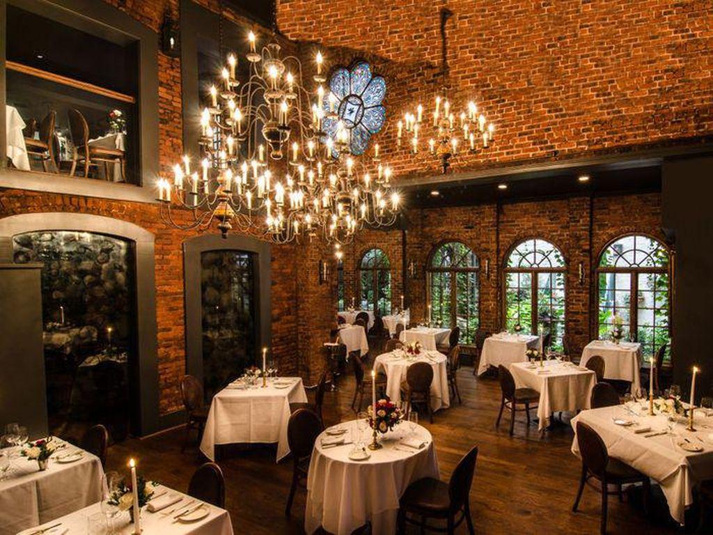 One if by land, two if by sea, terletak di jantung kota New York yang glamour, restoran ini menjadi destinasi favorit para pasangan di New York. Dekorasinya didominasi unpolishedbatu bata, pencahayaan lilin dan taman mempercantik restoran ini. (Foto: Istimewa)