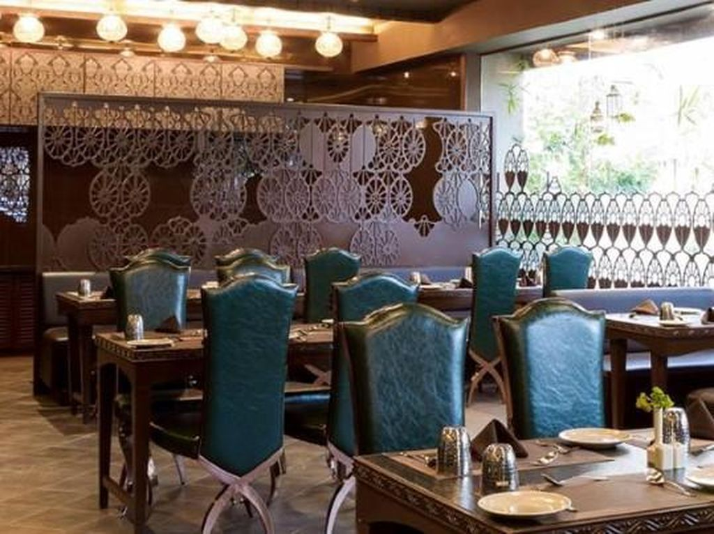 Sheesh mahal, restoran ini buka setiap bulan Oktober hingga bulan Maret. Terletak di wilayah dataran tinggi, sehingga bisa bersantap sambil menatap bintang-bintang. Restoran ini hanya dibuka untuk makan malam saja. (Foto: Istimewa)