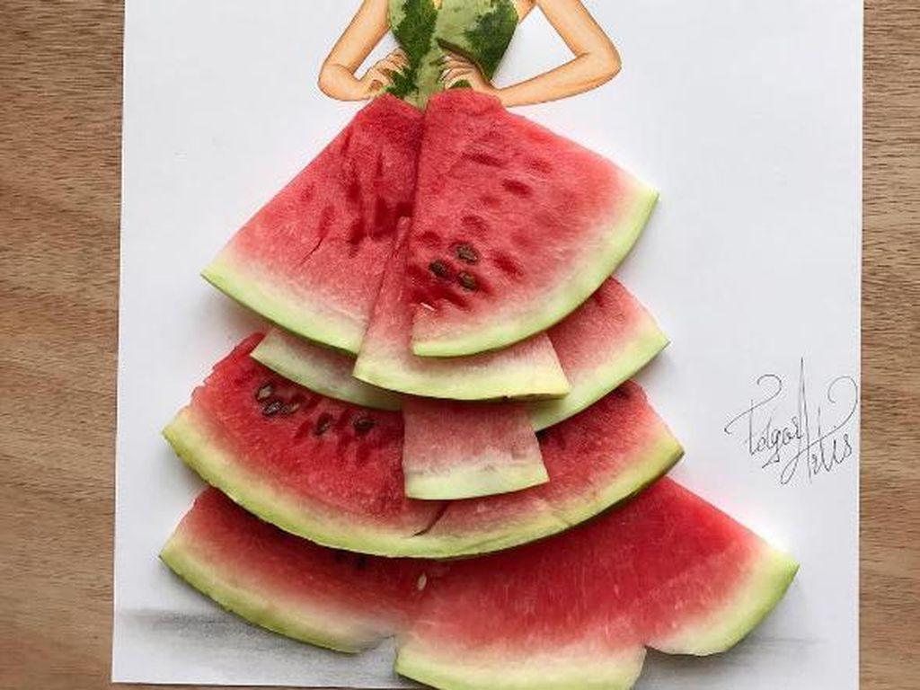 Karya Edgar dimulai dari membuat sketsa wanita. Ia lalu meninggalkan garis samar di bagian baju sketsa sebelum melengkapinya dengan potongan makanan. Kali ini semangka yang dijadikan watermelon couture. Foto: Edgar Artis