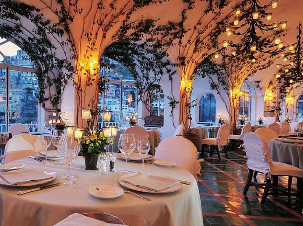La sponda berada di lereng bukit Positano, Italia, restoran La Sponda di La Sirenuse ini memancarkan nuansa romantis dengan pemandangan alam yang menakjubkan. Ditambah dengan hidangan lezat dari restoran berbintang Michelin. (Foto: Istimewa)