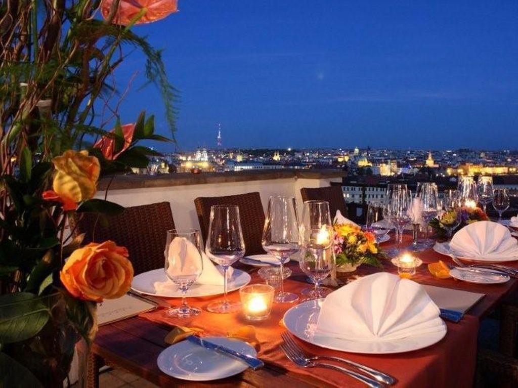TERASA U Zlaté Studně terletak di Praha restoran ini tawarkan pengalaman bersantap romantis di abad ke-16. Ruangan dan primadaninya menampilkan pemadangan kota yang menakjubkan. Menu vegetarian juga disediakan di sini. (Foto: Istimewa)