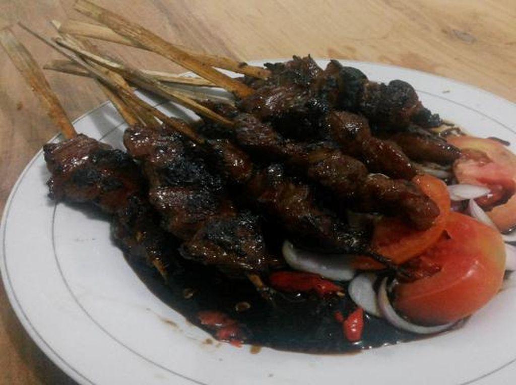 Di Jatinegara ada sate kambing H. Giyo khas Solo yang dibakar kering hingga permukannya berwarna cokelat gelap. Di bawahnya ada kecap campur potongan cabai merah. Lengkap dengan tomat dan bawang merah sebagai pendamping. Foto: dok.detikFood