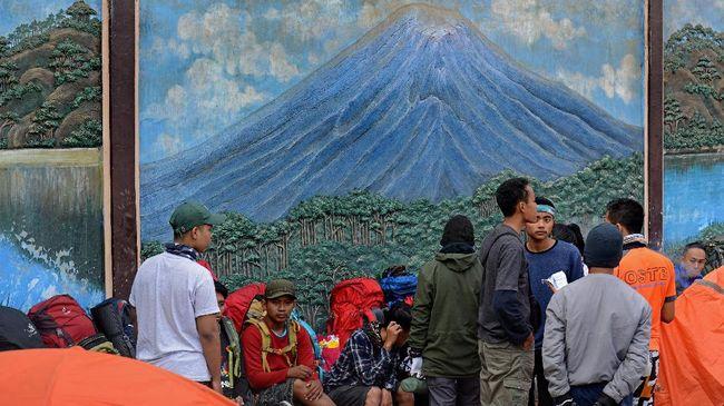 Status Gunung Semeru di level waspada. Jelang 17 Agustus, kuota pendaki gunung tertinggi di Jawa itu sudah penuh. Pendakian hanya dibatasi hingga Kalimati.