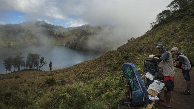 Mulai 1 April 2021 jalur pendakian Gunung Semeru di Jawa Timur kembali dibuka usai ditutup sejak akhir 2020.