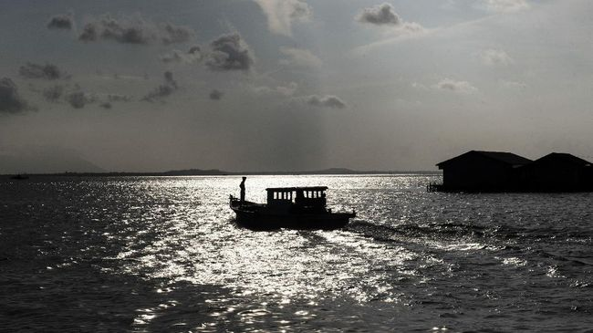 Kapal motor pompong melintas di pulau Sedanau, Kabupaten Natuna, Kepulauan Riau, Kamis (3/8). ANTARA FOTO/M Agung Rajasa/17.