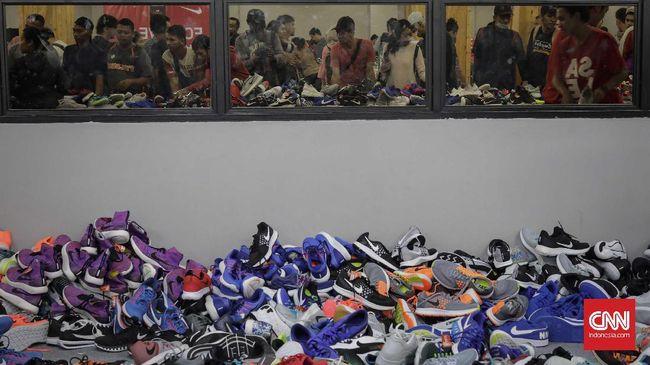Produsen sepatu Nike, Adidas, Under Armour, dan merek lainnya mengkhawatirkan perang dagang. Mereka bilang perang dagang bisa menjadi bencana.