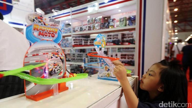 Secara nggak sadar kita suka beliin mainan anak yang penting murah, padahal sebenarnya nggak hanya itu lho faktor yang harus dilihat ketika beli mainan anak.