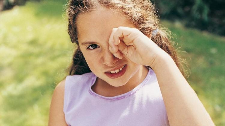 Awalnya disangka kena radiasi ponsel, ternyata mata anak ini terinfeksi oleh bakteri.
