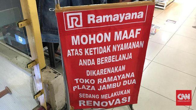 Menjadi salah satu gerai yang akan ditutup, Ramayana Jambu Dua, sedang direnovasi. Karyawannya mengaku tak tahu soal isu penutupan toko.