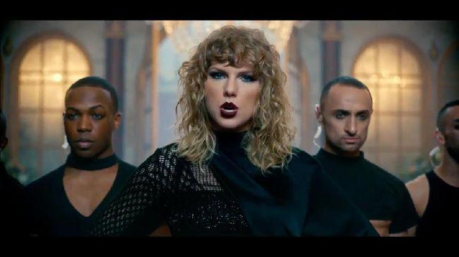 Taylor Swift baru merilis video musik untuk lagu terbaru, 'Look What You Made Me Do' saat acara MTV VMA. Ia mengejek reputasinya sendiri dalam video tersebut.
