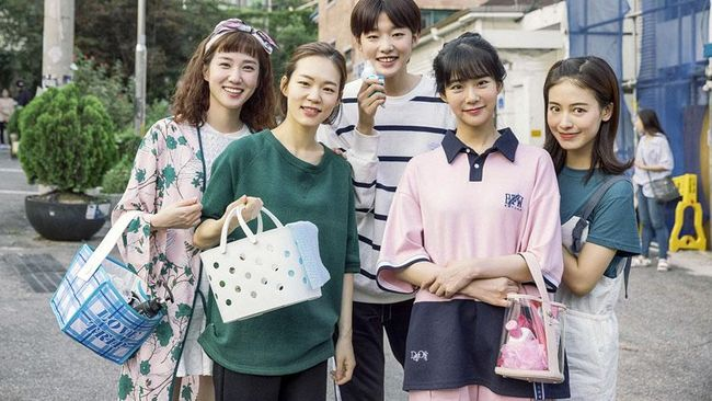 Drama Korea Age of Youth berkisah tentang 5 mahasiswi yang tinggal satu atap di rumah sewa. Mereka memiliki karakter, latar belakang, dan masalah hidup berbeda.
