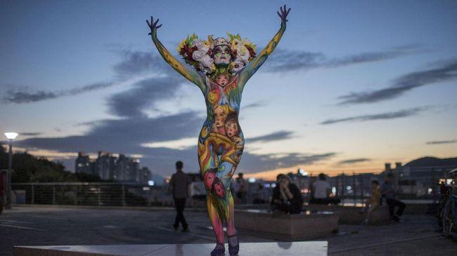Belasan model perempuan di Korea Selatan tampil tanpa busana untuk dilukis, lalu berlenggak-lenggok di catwalk bak fashion show.