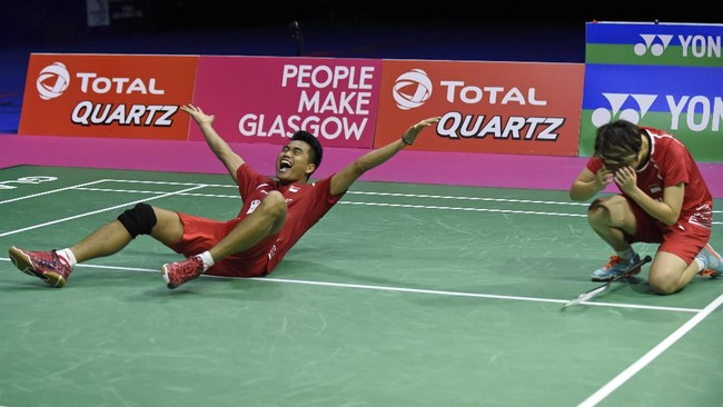 Indonesia's Tontowi Ahmad and Liliyana Natsir returns against China's Zheng Siwei and Chen Qingchen during their mixed doubles final match during the 2017 BWF World Championships of badminton at Emirates Arena in Glasgow on August 27, 2017. / AFP PHOTO / ANDY BUCHANAN