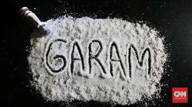 Petambak garam mengeluhkan penurunan penyerapan oleh PT Garam. Penurunan penyerapan tersebut membuat ketersediaan garam naik dan menghancurkan harga.
