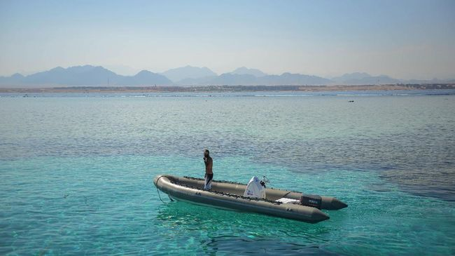 A man stands in a boat in the Egyptian Red Sea resort of Sharm el-Sheikh on August 7, 2017. Saudi Arabian billionaire Prince Alwaleed bin Talal is to invest more than $800 million in hotels in Egypt, the investment ministry in Cairo said. The announcement came after parliament in May adopted a new law aimed at attracting foreign investment as the authorities seek to reinvigorate the North African country's struggling economy.  / AFP PHOTO / MOHAMED EL-SHAHED