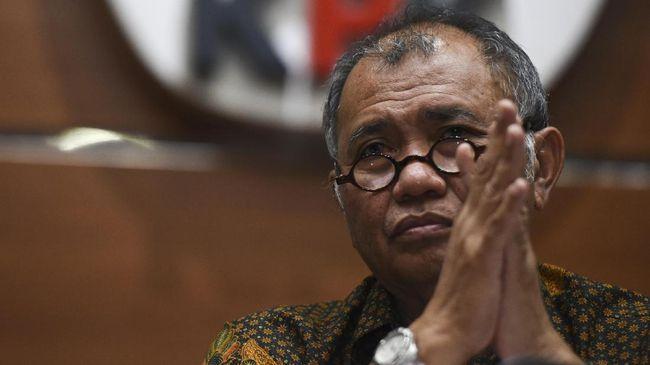 Setahun UU KPK direvisi, Agus Rahardjo mengungkap beberapa kejanggalan. Pimpinan KPK tak dianggap, dan sulitnya mencari versi asli UU KPK hasil revisi.