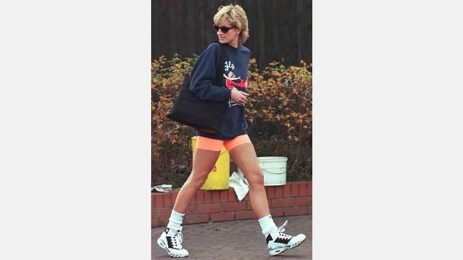 Putri Diana dikenal sebagai putri yang mendobrak aturan busana kerajaan. Dia tak cuma cantik bergaun mewah tapi juga busana kasual layaknya wanita biasa.