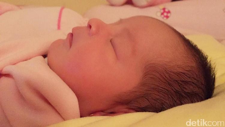 Kulit bayi baru lahir memang sensitif. Tapi ada yang sensitivitasnya nggak hilang lho.