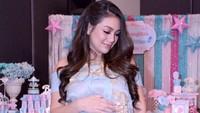 Aktris Celine Evangelista saat ini juga sedang hamil. Dalam beberapa sesi pemotretan, banyak netizen yang bilang Celine memang makin cantik saat hamil. Kira-kira calon bayinya laki-laki atau perempuan ya? (Foto: Instagram @maleeka.organizer/ @celine_evangelista)