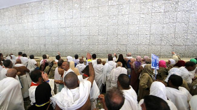 Muslim pilgrims take part in the symbolic stoning of the devil at the Jamarat Bridge in Mina, near Mecca, which marks the final major rite of the hajj on September 1, 2017. Saudi Arabia says it has deployed more than 100,000 security personnel to keep pilgrims safe this year. / AFP PHOTO / Karim SAHIB