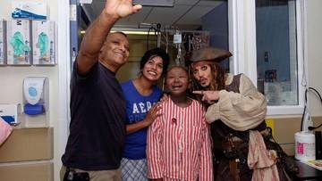 Wah! Anak-anak di RS Ini Dijenguk Captain Jack Sparrow