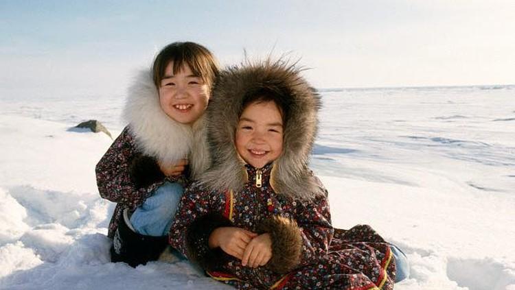 Walau tinggal di tempat dengan kondisi lingkungan ekstrem, anak-anak ini bisa menikmati nyamannya suasana bersama keluarga.