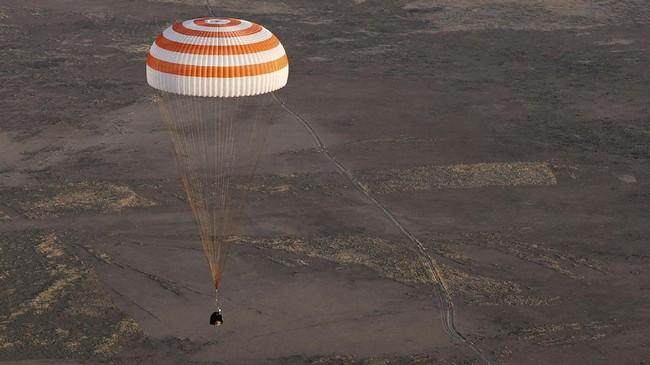 Peggy Whitson, Fyodor Yurchikhin, dan Jack Fischer akhirnya mendarat dengan selamat pada Minggu (3/9) di Kazakstan usai merampungkan misi antariksa.