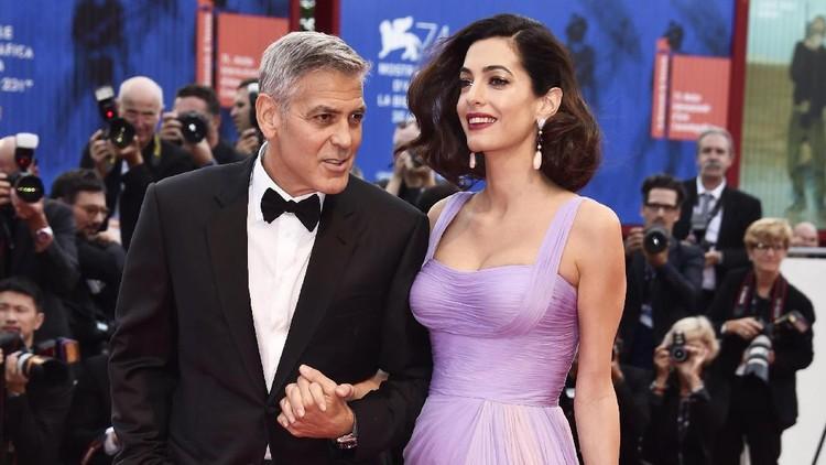 Datang ke acara formal, pasangan George Clooney dan Amal saling puji penampilan. Romantis deh!